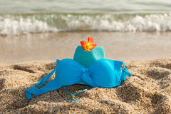 Hhat, biquini e flor na praia Imagem de Stock