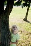 hhigging少许结构树的女孩 免版税图库摄影