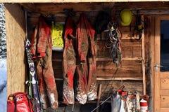 Höhlen Sie die Erforschungsausrüstung aus, die an eine hölzerne Kabine gehangen wird Lizenzfreie Stockbilder