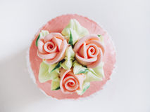 Höhlen Sie Kuchennachtisch mit Draufsicht Rosen- und Blumendekoration Stockfoto