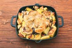 Hühnereintopf mit Kartoffeln und Gewürzen Stockfotografie