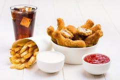 Hühnerflügel, Pommes-Frites, Koks und Soßen Stockfotografie