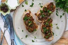 Hühnerleber und offenes Sandwich der Chorizo Stockbilder