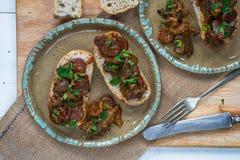 Hühnerleber und offenes Sandwich der Chorizo Lizenzfreies Stockbild