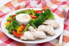 Hühnerleiste, gedämpftes Gemüse und Jogurtsoße Stockbild