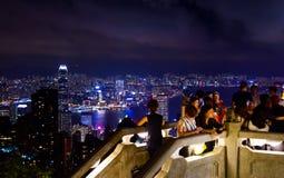 Hhong孔- 2018年8月8日:享用香港citysca的游人 免版税库存照片