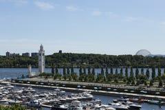 HHorizontal flyg- södra sikt av det marina-, strand- och klockatornet i gamla Montreal royaltyfria bilder