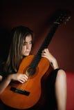 hHplaying una guitarra acústica Imagen de archivo