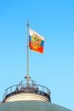 Hißte die russische Flagge auf dem Dach Lizenzfreies Stockfoto