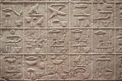 Hiéroglyphes égyptiens écrivant sur la pierre photo stock