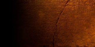 Hiéroglyphes égyptiens antiques écrivant sur la pierre de sarcophage image stock