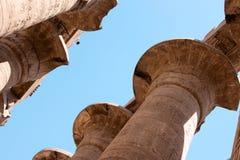 Hiéroglyphes égyptiens sur les colonnes du temple de Karnak Images libres de droits