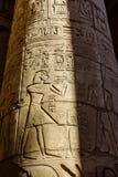 Hiéroglyphes antiques égyptiens sur colonnes dans le grand hall hypostyle du temple de Karnak images libres de droits