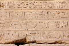 Hiéroglyphes antiques de l'Egypte dans le temple de karnak photographie stock