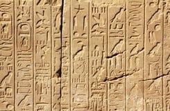 Hiéroglyphes antiques de l'Egypte sur le mur photographie stock
