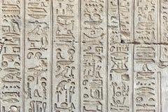 Hiéroglyphes antiques sur le mur du temple Photographie stock libre de droits