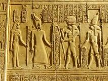 Hiéroglyphes antiques sur le mur du temple de Kom Ombo Photos stock