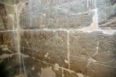 Hiéroglyphes dans le bas-relief sur une tombe en Egypte, près du Caire images stock