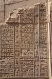 Hiéroglyphes de l'Egypte Kom Ombo sur le mur vertical Photo stock