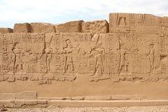 Hiéroglyphes sur le mur dans le temple de Karnak Photo libre de droits