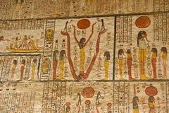 Hiéroglyphes sur le mur en tombe du ` s du Roi Tut dans la vallée des rois à Louxor, Egypte photographie stock libre de droits