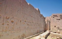 Hiéroglyphes sur les murs du temple de Karnak Lyuksor Egipet Photo stock