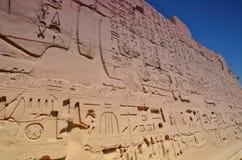 Hiéroglyphes sur les murs du temple de Karnak Lyuksor Egipet Photos libres de droits