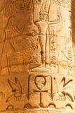 Hiéroglyphique sur les piliers du temple de Karnak image libre de droits
