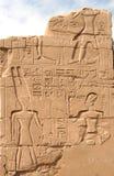 Hiërogliefen op de muur in de Tempel van Karnak stock afbeelding