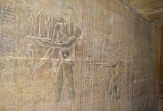 Hiëroglyfische gravures in een Egyptische tempelmuur Stock Foto