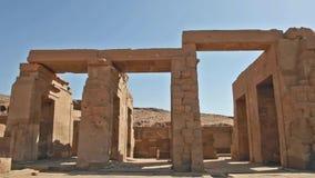 Hiëroglyfische gravures en kolommen bij een oude Egyptische tempel stock footage