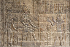 Hiëroglyfische gravures op een Egyptische tempelmuur stock afbeeldingen