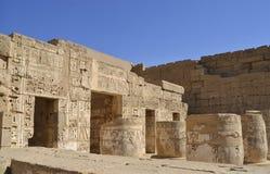 Hiëroglyfische gravures op een Egyptische tempelmuur Stock Afbeelding