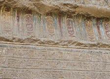 Hiëroglyfische gravures op een oude Egyptische tempelmuur Stock Fotografie