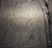 Hiëroglyfische gravures op een oude Egyptische tempelmuur Royalty-vrije Stock Afbeeldingen