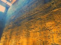 Hiëroglyfische teksten op een muur in Luxor-tempel Royalty-vrije Stock Afbeeldingen