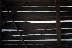 Hiaten in houten muur stock afbeelding