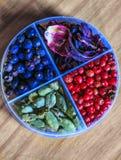 Hibiscus, roze peper, cardamon om Jenevertonicum te maken Stock Foto