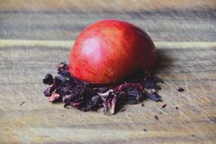 Hibiscus und Apfel stockfoto