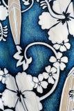 Hibiscus- und Surfbrettmotive Lizenzfreies Stockbild