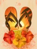 Hibiscusblumen und Flipflops Stockbild