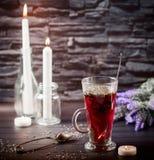 Hibiscustee in der Glasschale auf einem dunklen Hintergrund Lizenzfreies Stockbild