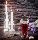 Hibiskuste i den glass koppen på en mörk bakgrund Royaltyfri Bild
