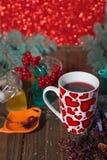 Hibiskuste i en glass kopp på en träbakgrund Fotografering för Bildbyråer