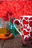 Hibiskuste i en glass kopp på en träbakgrund Arkivfoton