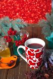 Hibiskuste i en glass kopp på en träbakgrund Royaltyfria Foton