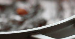 Hibou avec un gâteau texturisé par chocolat banque de vidéos