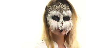 Hibou d'art de corps dans la fille sur son visage, qui regarde dans l'appareil-photo et clignote rapidement L'animal composent clips vidéos