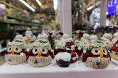 Hibou de jouets de porcelaine de Noël sur le marché photographie stock libre de droits