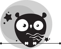 Hibou drôle mignon à l'arrière-plan de la lune grise Photographie stock libre de droits